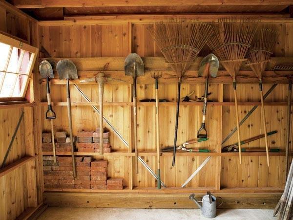 Просторный и удобный сарай для инструмента.