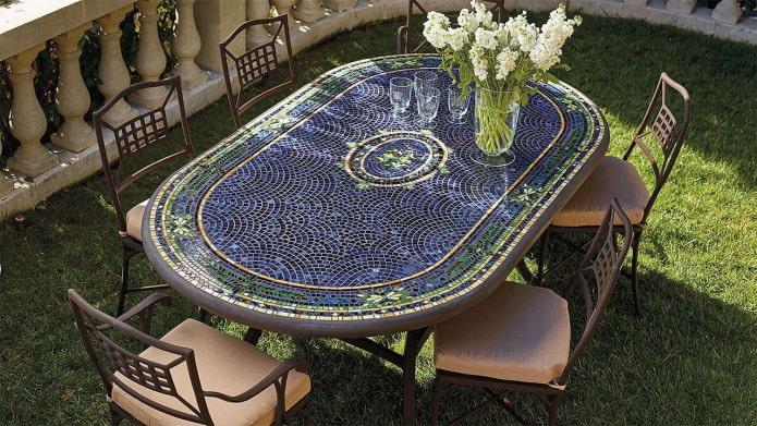 садовый стол с мозаикой в экстерьере