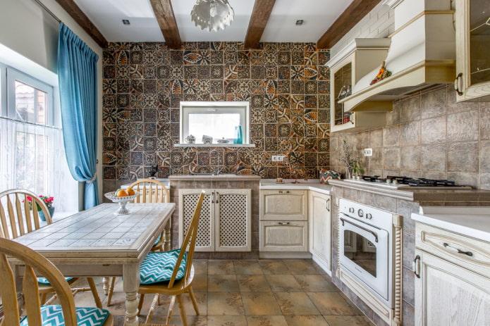 коричневая напольная плитка в интерьере кухни