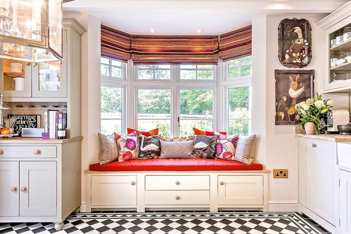 диван-подоконник в интерьере кухни