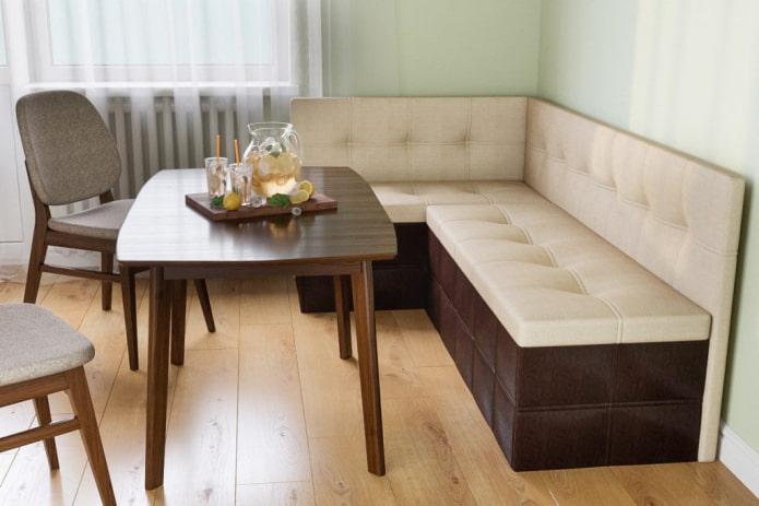 диван-трансформер в интерьере кухни
