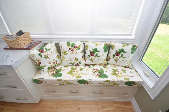 диван с ящиками для хранения в интерьере кухни