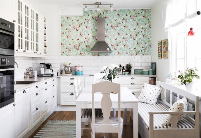 диван-скамейка в интерьере кухни