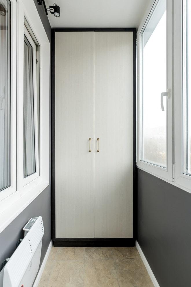 Белый шкаф с дверями