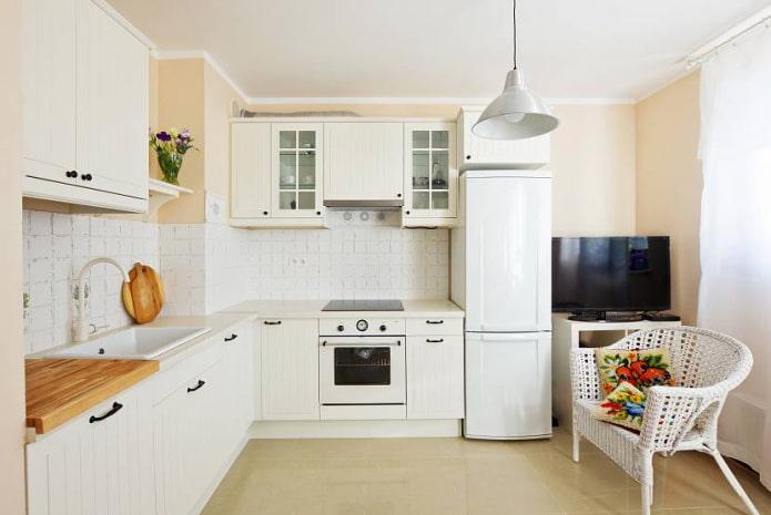 Белая Г-образная кухня с коробом в углу