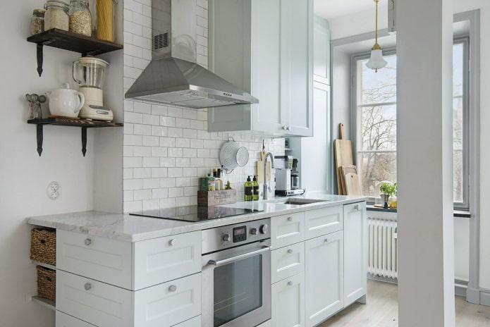 Белая кухня с коробом в центре стены