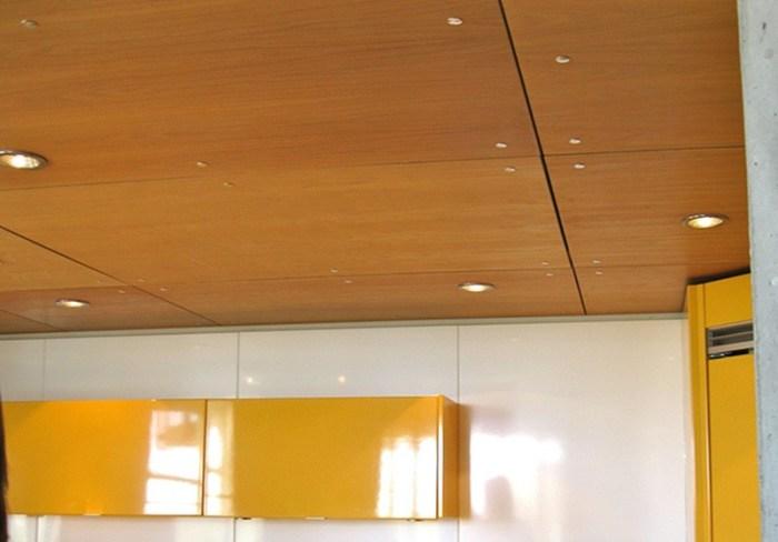 Потолок на кухне из листов фанеры