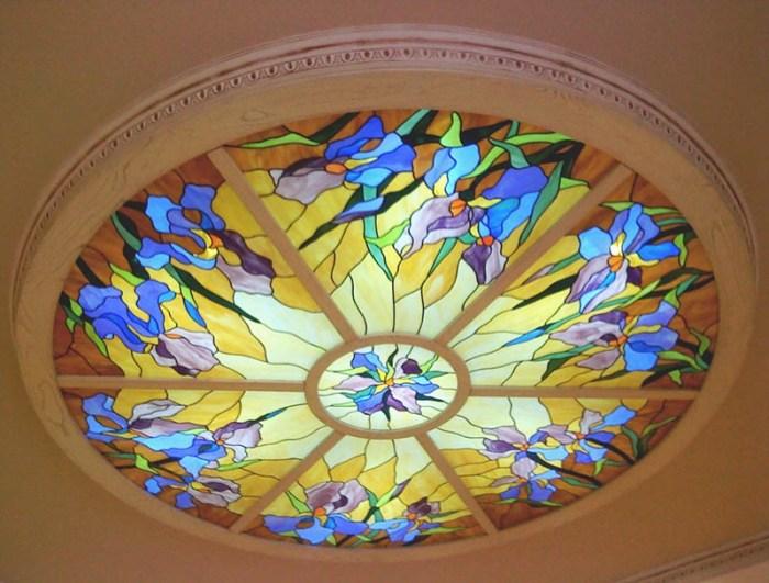 Потолок на кухне с круглой композицией из витражного стекла