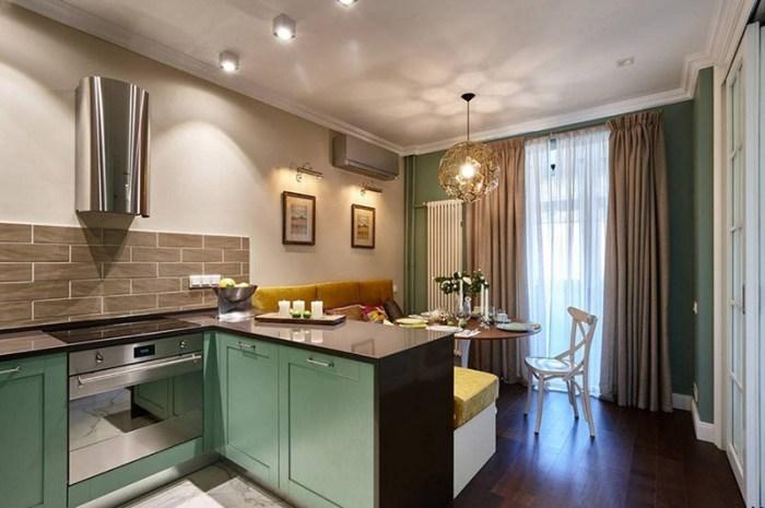Кухня с г-образной рабочей зоной и большим угловым диваном за ней