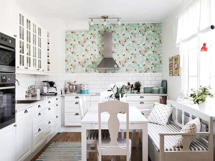 Белый кухонный гарнитур и прямой деревянный диван-скамья