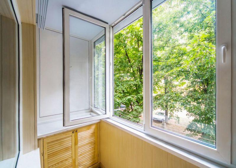 Фото: распашные створки на окнах балкона, комната на балконе