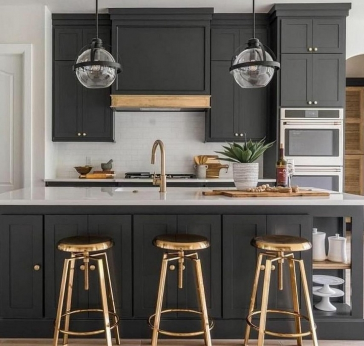 Чёрная кухня с барными стульями из металла