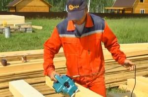 Но одной шлифовкой дело не ограничивается, у каждого бревна срезаются острые грани углов. У строителей это называется – снимать фаску
