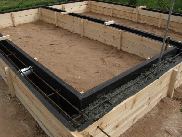 В опалубку устанавливают связанный каркас, который затем заливается бетоном марки не ниже М-200