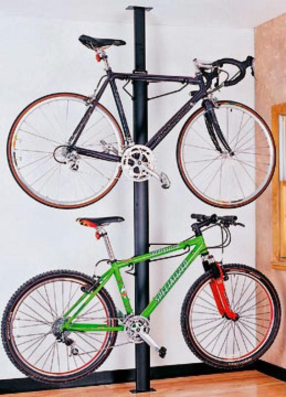 Размещение велосипедов на стойке возле стены