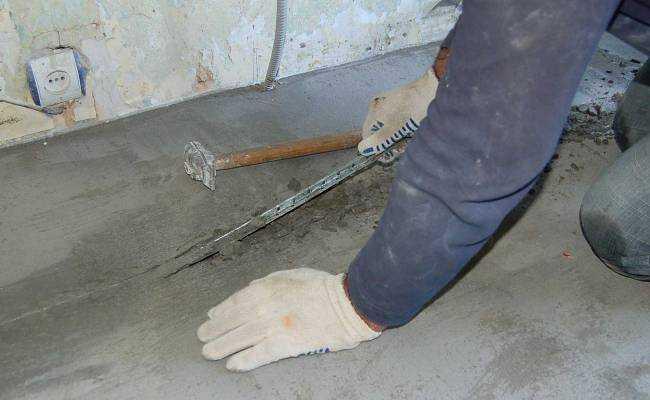 После удаления маяков заполните выемки ремонтным составом и разровняйте