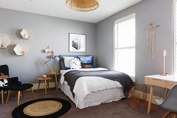 Свтелая комната для подростка с кроватью