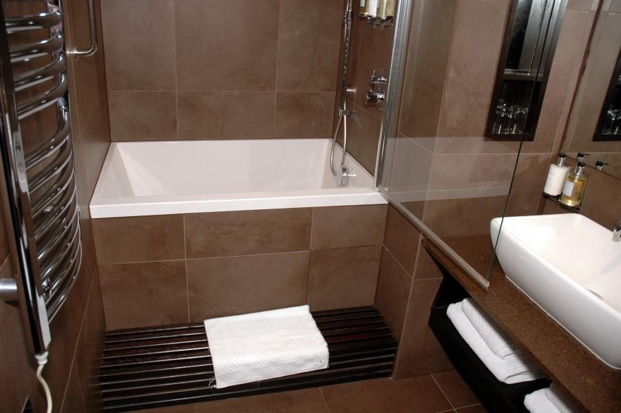 Небольшая ванна прекрасно вписывается в помещение