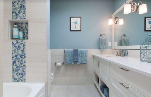 интерьер ванной комнаты с голубыми стенами