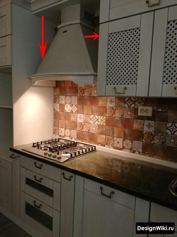 Классическая вытяжка на маленькой кухне