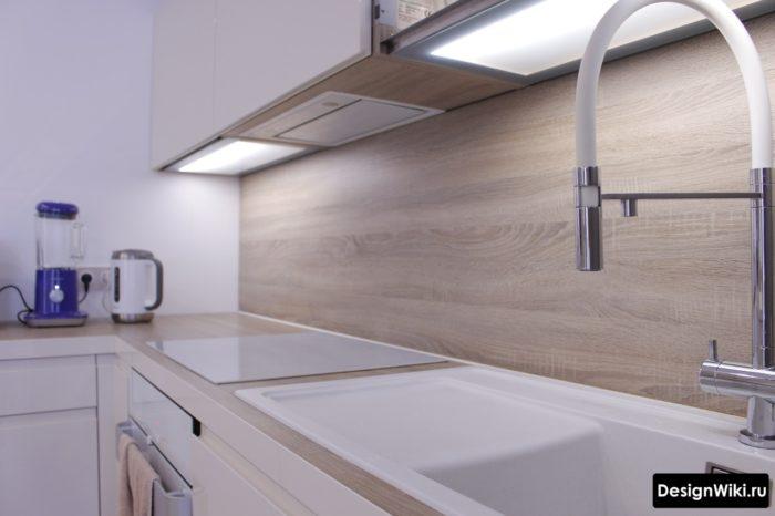Встроенная вытяжка на маленькой кухне
