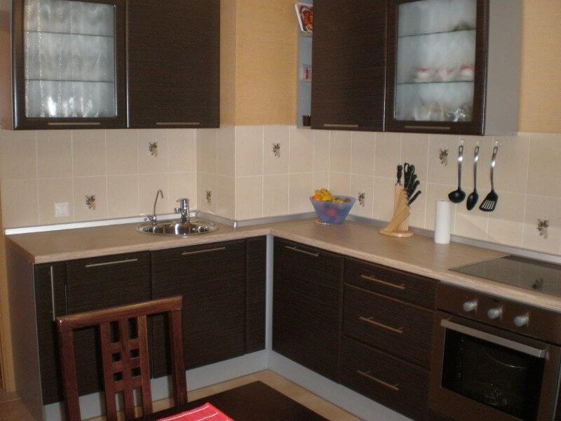 гарнитур на кухне с коробом