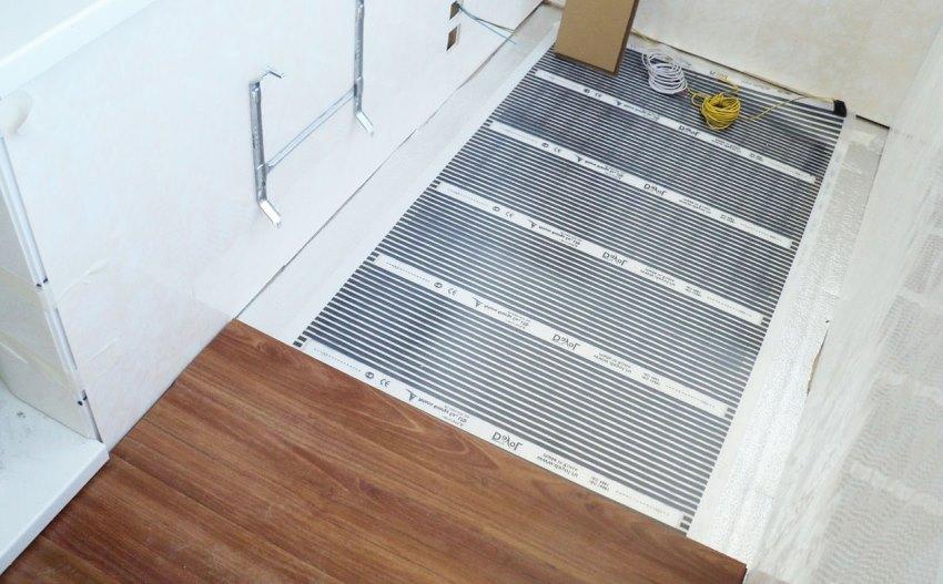 Используя инфракрасную технологию для подогрева пола в качестве финишного покрытия можно использовать: плитку, ламинат, линолеум.