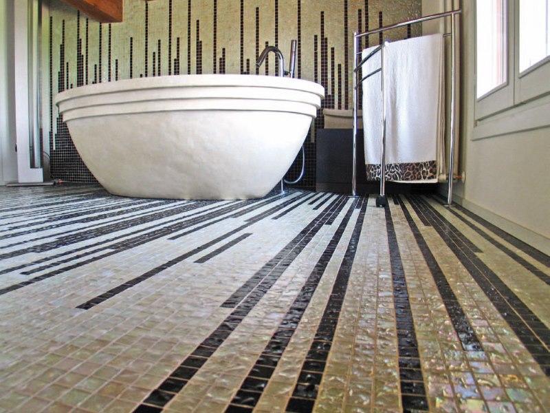 Керамическая мозаика на полу ванной комнаты городской квартиры
