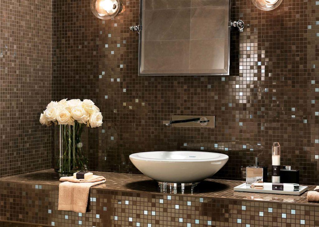Мозаика в зоне раковины защищает стену от чрезмерной влаги и сырости
