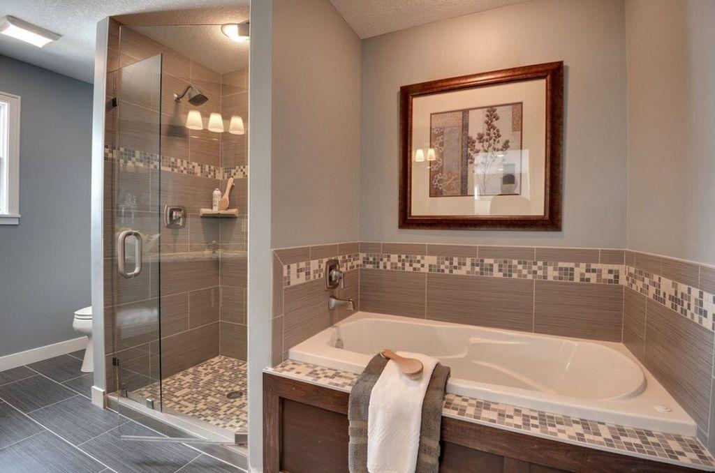 Отдельные мозаичные элементы придают ванне особый уют