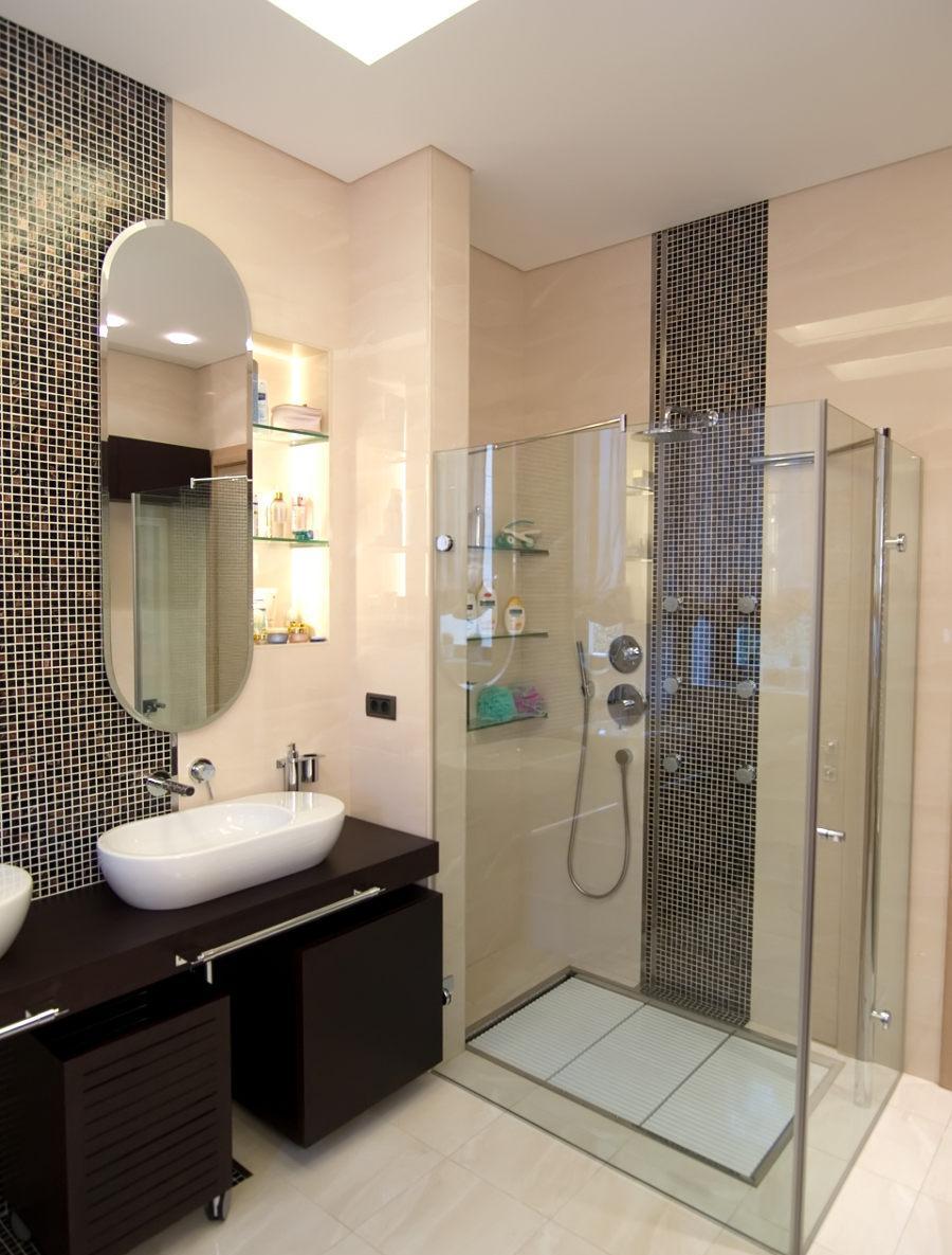 Душ без поддона со стеклянными перегородками в ванной