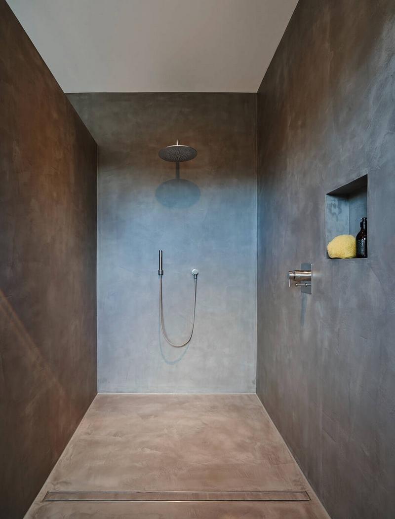 Душ с бетонными стенами без поддона