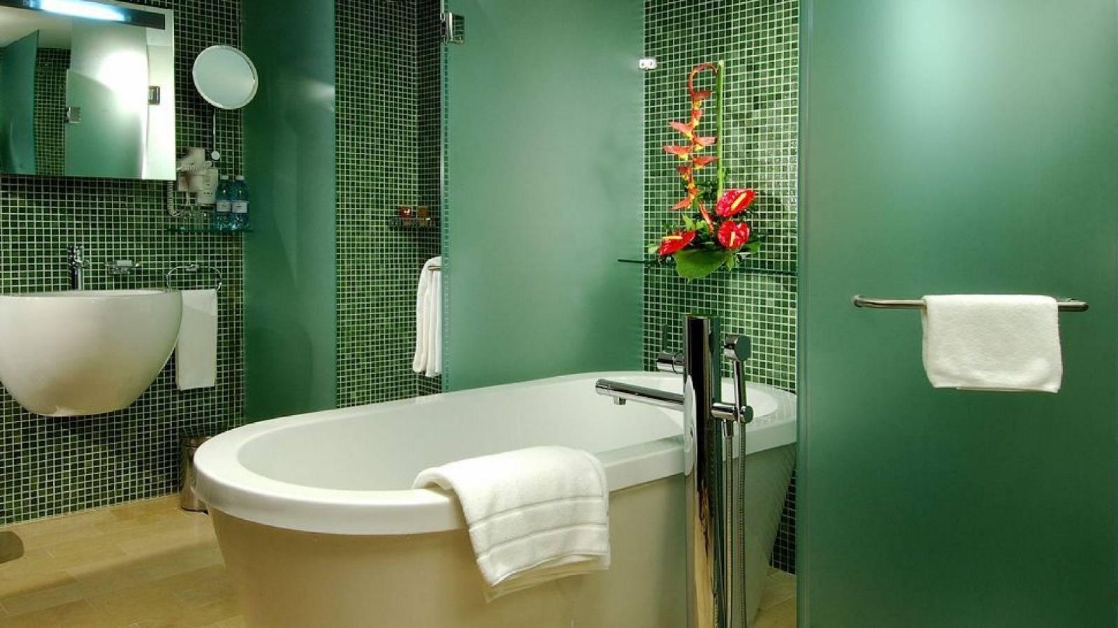 Покраска стен в ванной комнате зеленым цветом