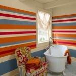 Яркий интерьер ванной комнаты