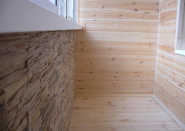 имитация бруса и декоративного камня на балконе