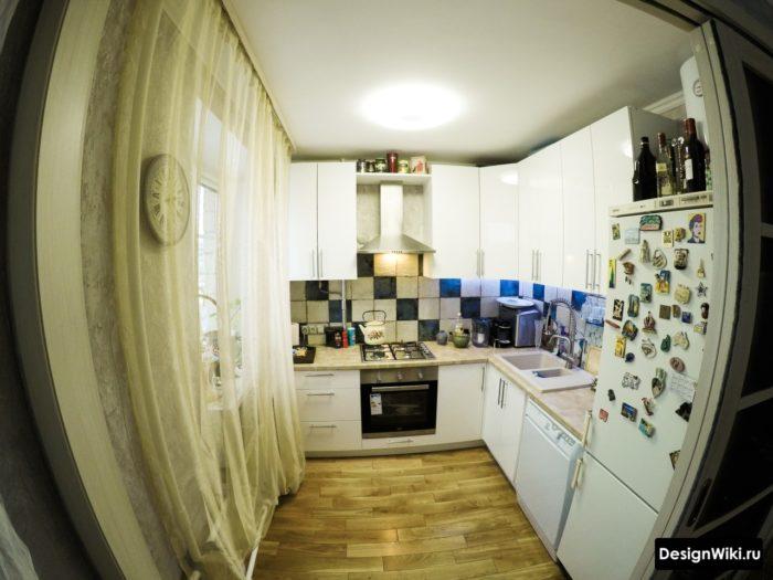 Магнитикам и аксессуарам в маленькой кухне не место