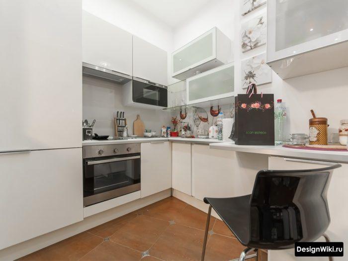 Перегруженный дизайн маленькой белой кухни