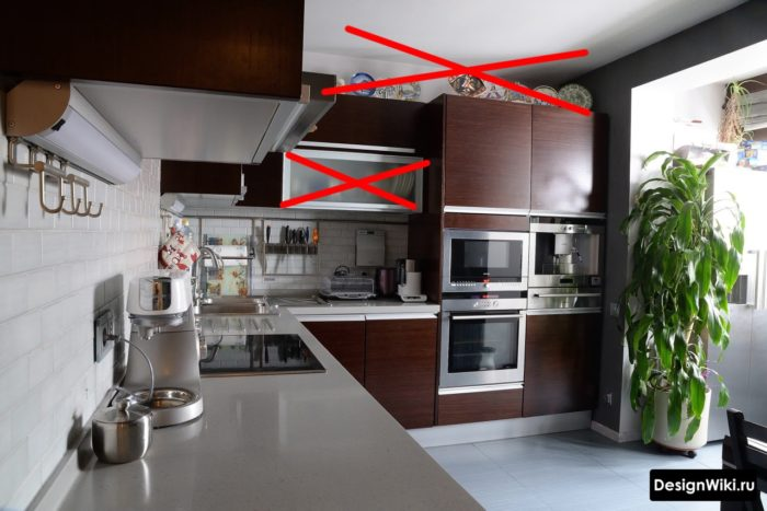 Прозрачные стекла в шкафах небольшой кухни