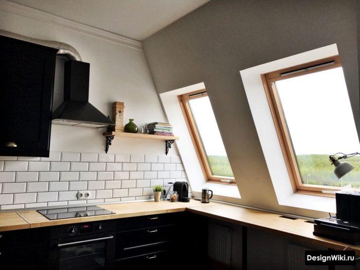 Дизайн кухни с мансардным окном