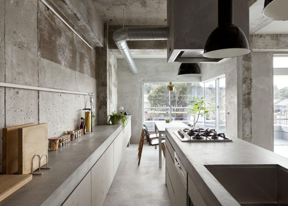 Бетонные поверхности серого цвета в рабочей зоне кухни