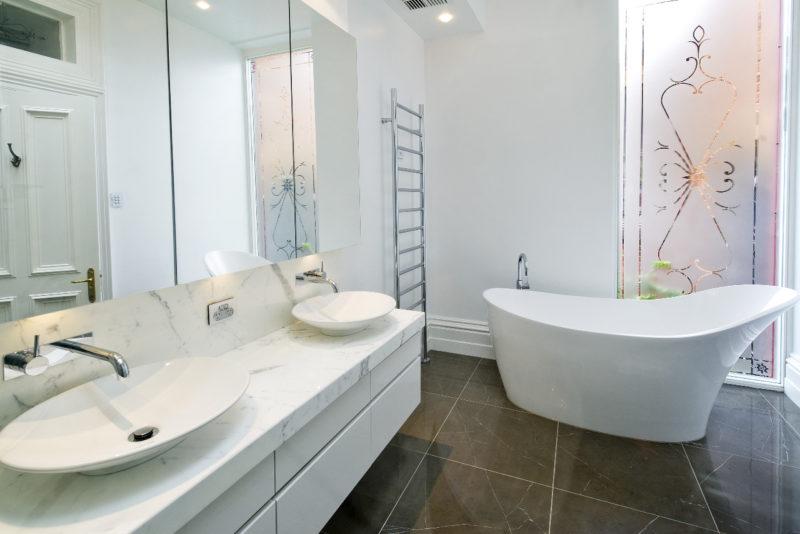 Керамический пол в ванной с крашеными стенами