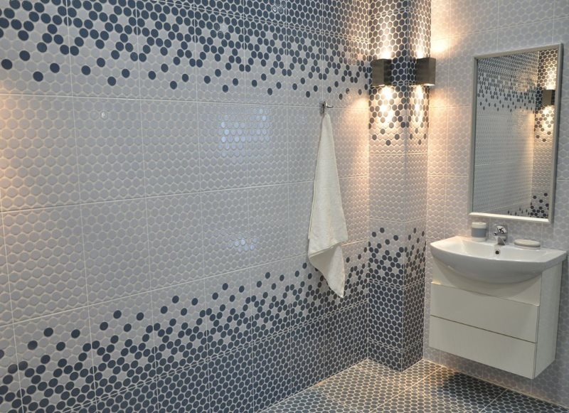 Белая и серая мозаика на стене ванной комнаты