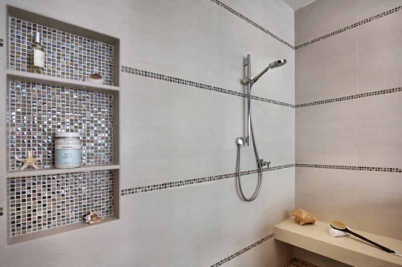 Ниша в стене ванной с отделкой мозаикой