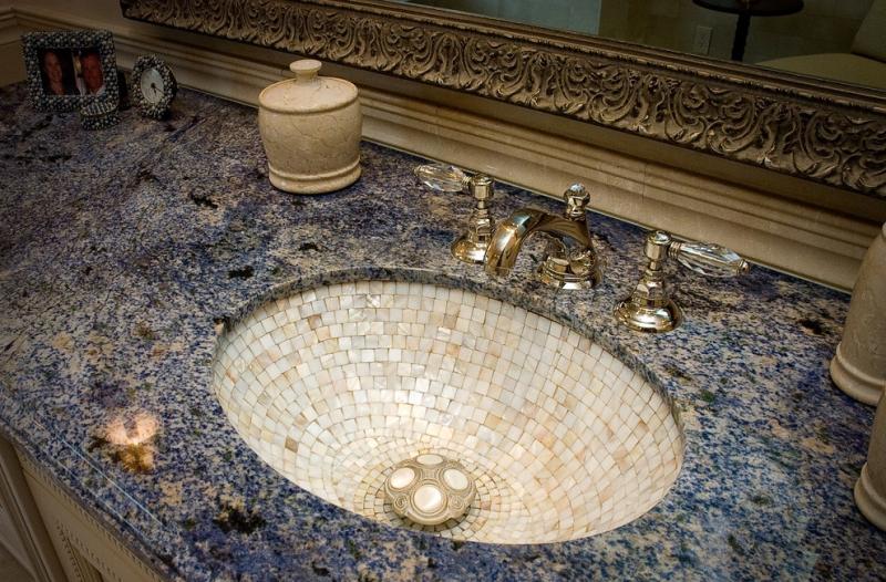 Отделка раковины мозаичной плиткой в ванне классического стиля