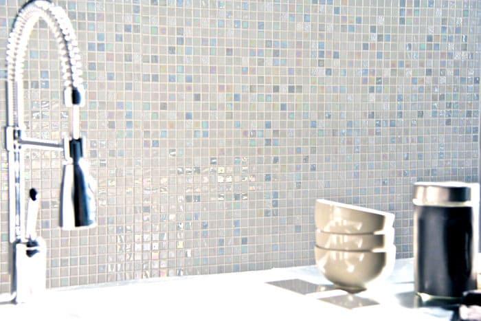 Смальтовые варианты наполнят ванную приятным светом