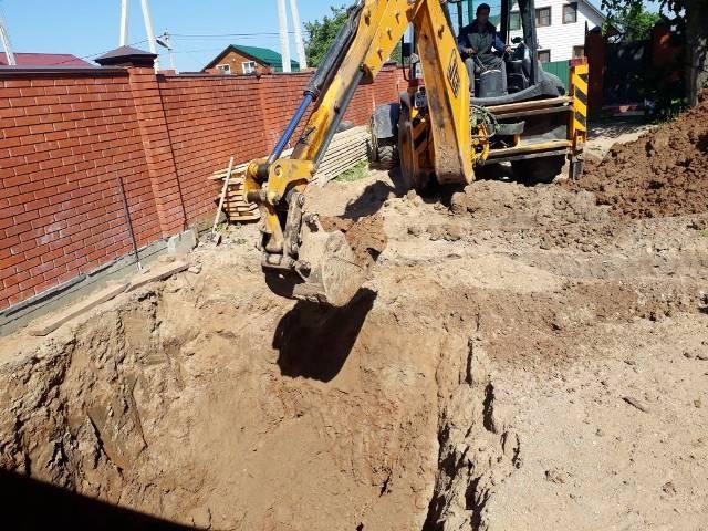 механизтрованная откопка котлована под фундамент гаража