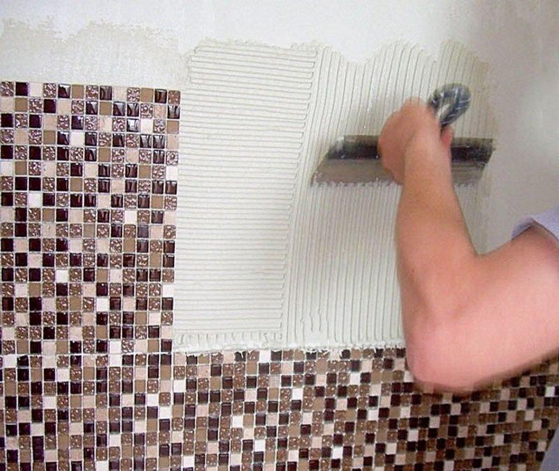 Нанесение клея и укладка мозаики