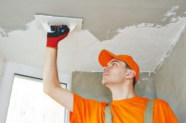 Необходимо выровнять поверхность потолка