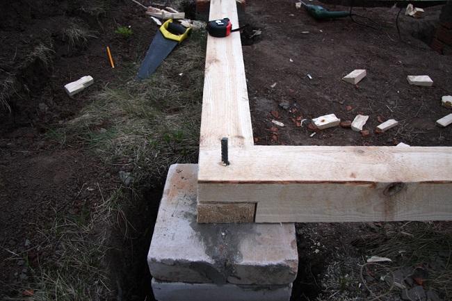 укладка лаг на столбчатый фундамент