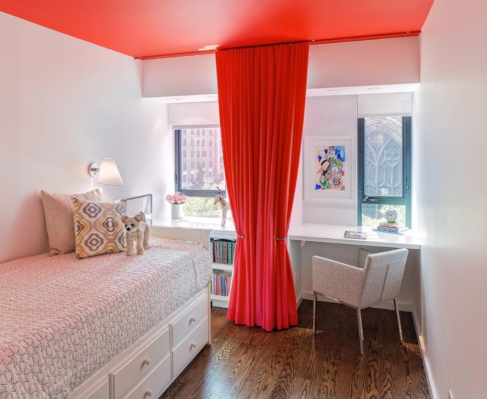 Красный потолок в комнате подростка